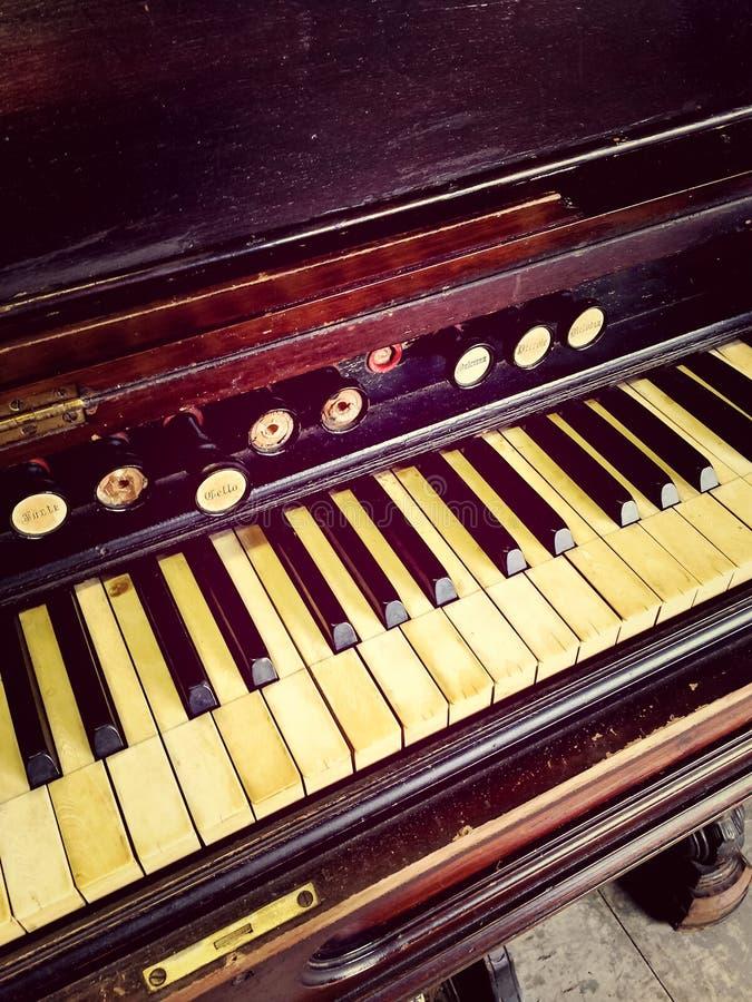 Teclado antiguo y paradas del órgano de lámina imagen de archivo