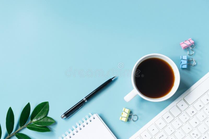 Teclado, caderno, pena, clipe ou objeto da vista superior para o escritório SU fotos de stock