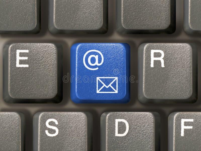 Teclado (close up) com chave do email fotos de stock royalty free