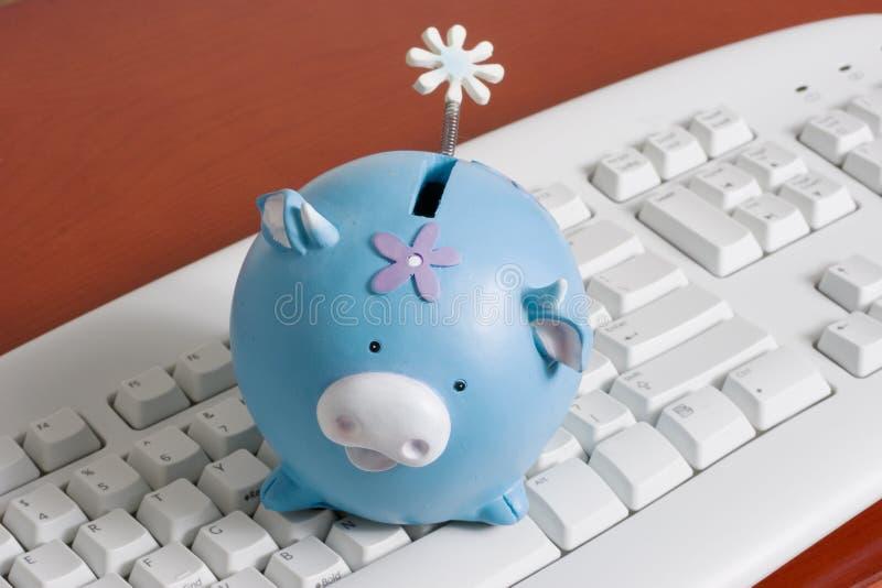 Teclado com um banco piggy imagem de stock