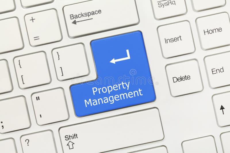 Teclado conceptual branco - chave azul da gestão da propriedade imagem de stock