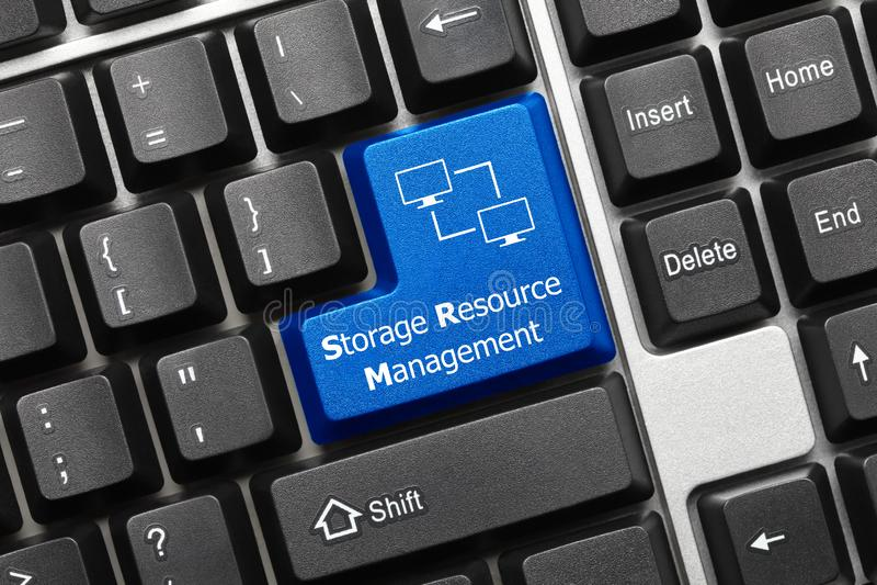 Teclado conceptual - llave azul de la gestión de recursos del almacenamiento con símbolo de la red de ordenadores fotografía de archivo libre de regalías