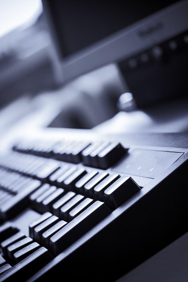 Teclado de computador azul do escritório do matiz imagem de stock