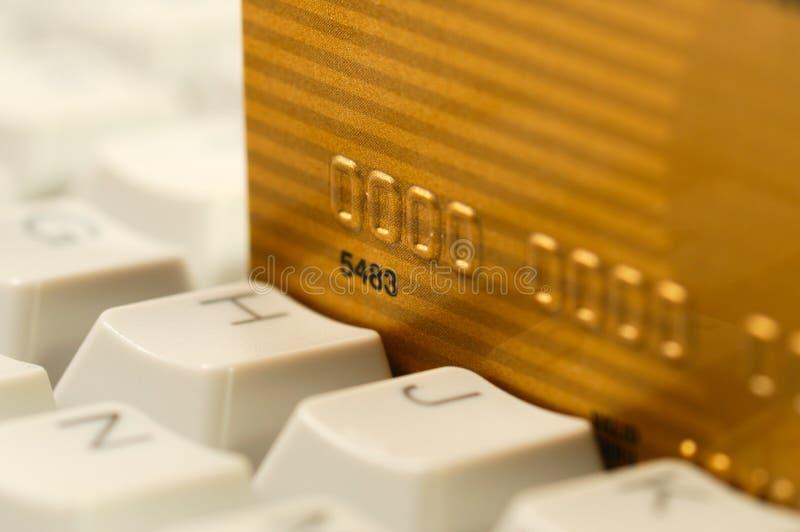 Teclado de la tarjeta de crédito y de ordenador. Compras en línea imagen de archivo libre de regalías