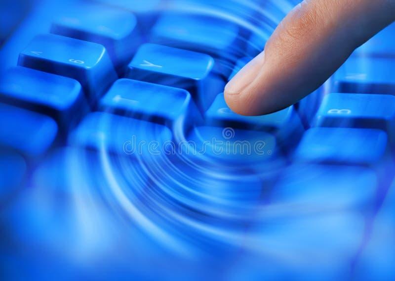 Teclado de ordenador del dedo que pulsa fotos de archivo