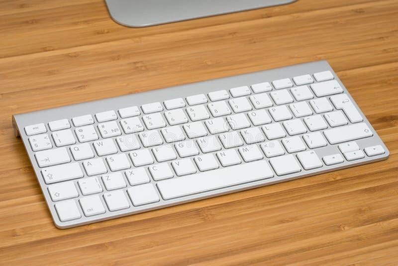 Teclado de ordenador en el escritorio imagenes de archivo