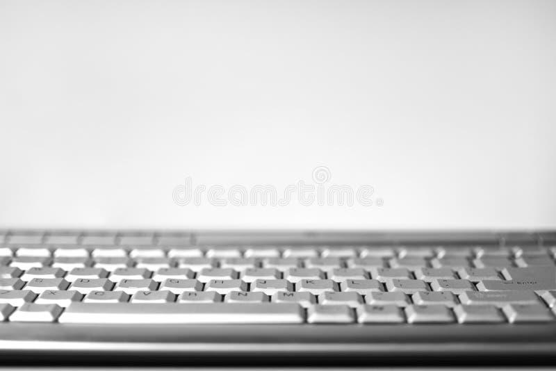Teclado de ordenador en un fondo ligero blanco, primer, espacio de la copia foto de archivo