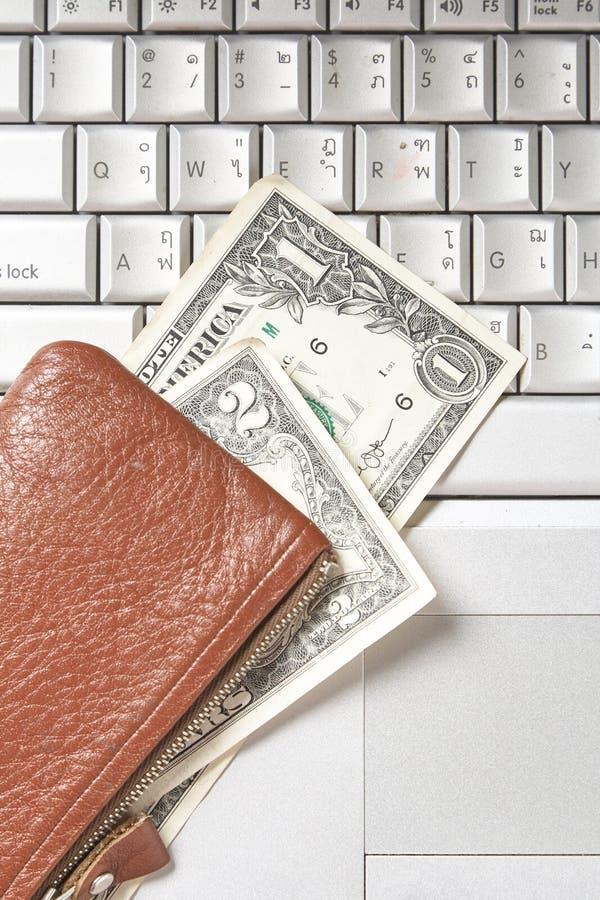 teclado de ordenador de las cuentas de dinero del bolso fotografía de archivo