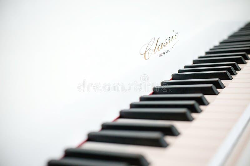 Teclado de piano clássico branco imagem de stock