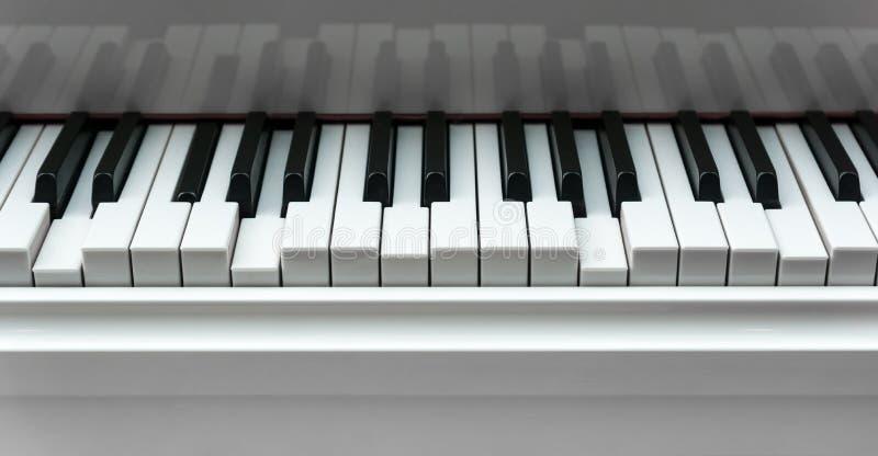 Teclado de piano com chaves pressionadas foto de stock royalty free