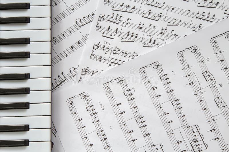 Teclado de piano en fondo de las música-notas imágenes de archivo libres de regalías