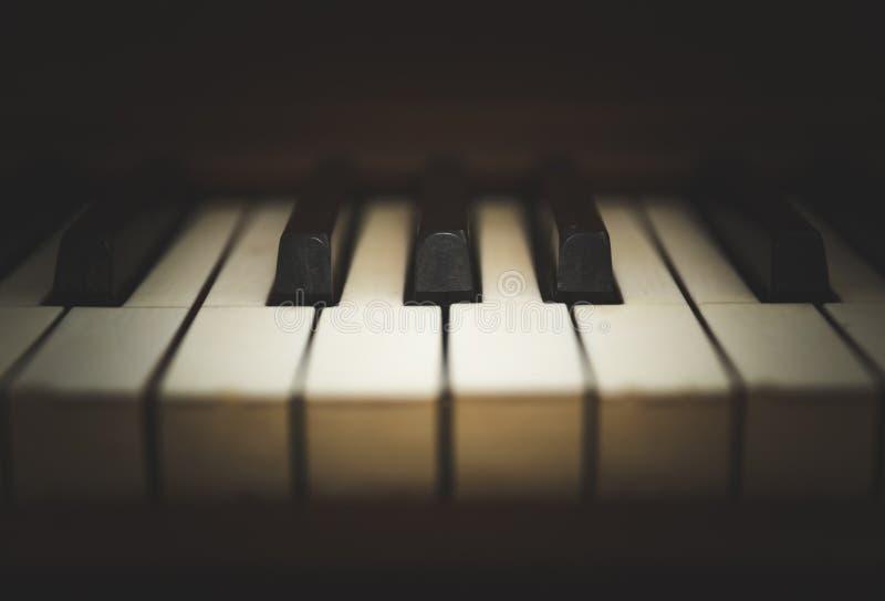 Teclado de piano ereto ou chaves do piano foto de stock royalty free