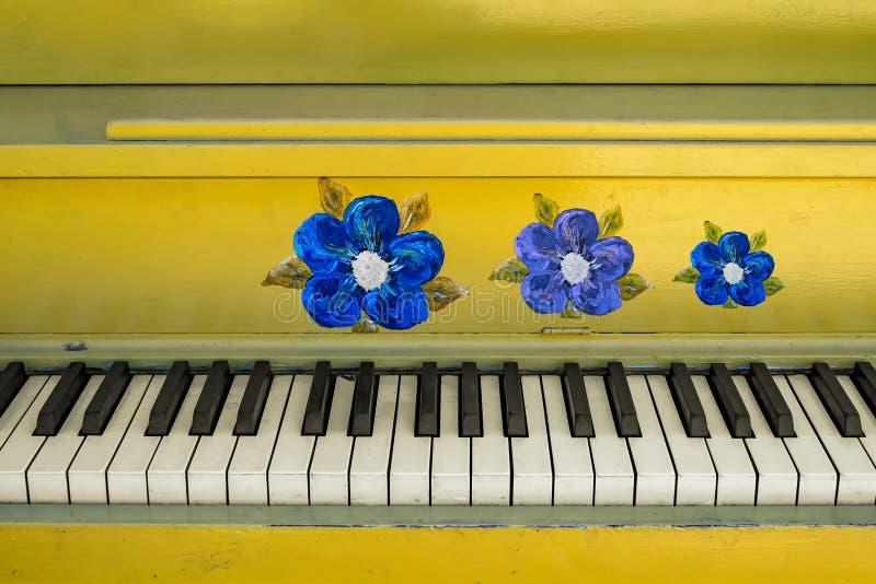 Teclado de piano florido amarillo imagenes de archivo