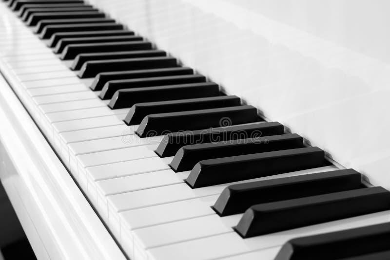 Teclado de piano preto e branco imagens de stock