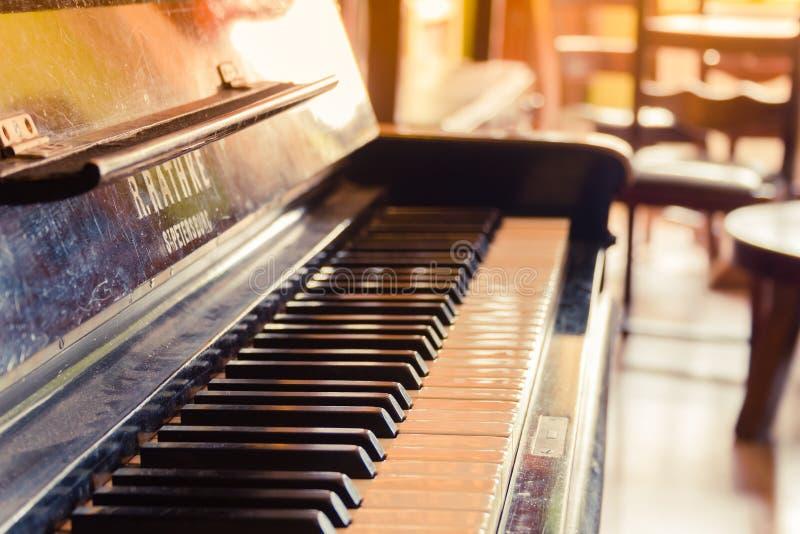 Teclado de piano velho foto de stock