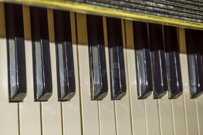 Teclado de piano velho fotos de stock