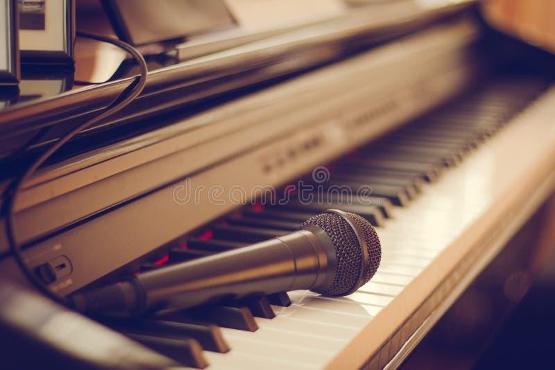 Teclado de piano y micrófono, primer, macro El concepto de creatividad y de aficiones imagen de archivo