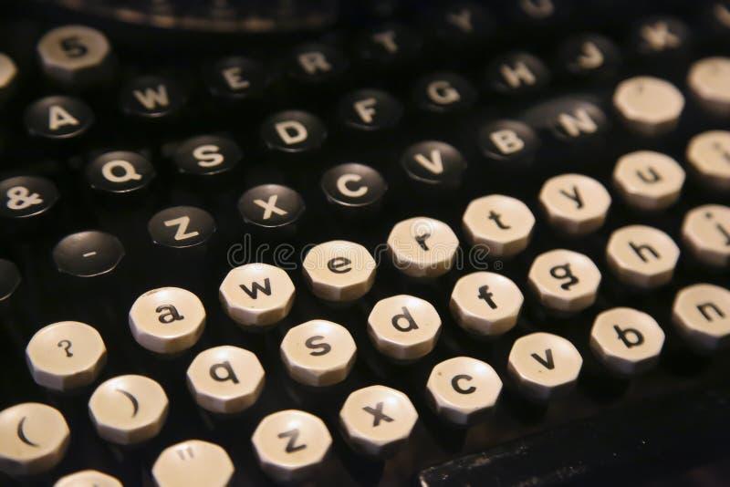 Teclado de uma máquina de escrever muito velha fotos de stock