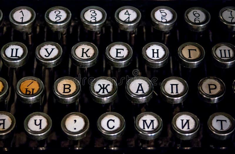 Teclado de uma máquina de escrever alemão velha do vintage com chaves cirílicas fotografia de stock royalty free