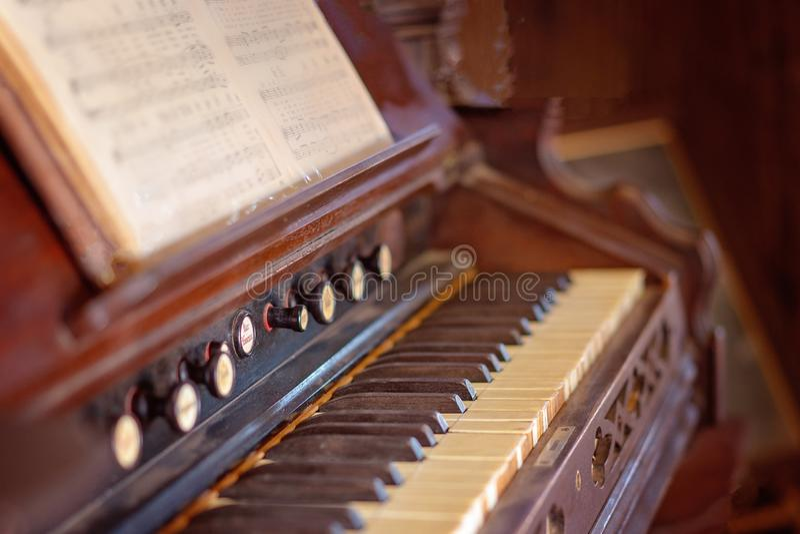 Teclado de un piano del vintage foto de archivo libre de regalías
