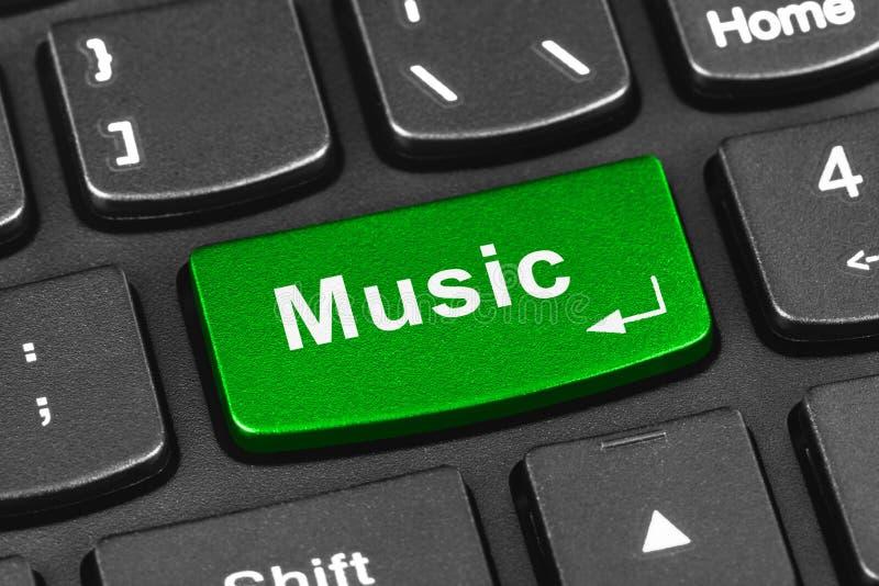 Teclado del cuaderno del ordenador con llave de la música imagenes de archivo