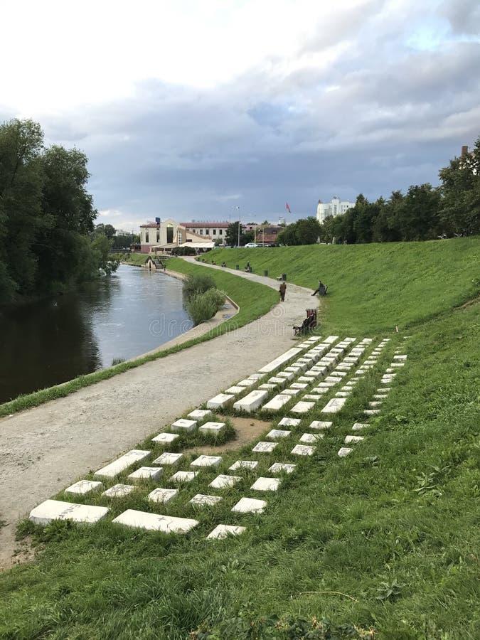 Teclado del monumento en la hierba en los bancos del río de Iset, Ekaterimburgo, Rusia imágenes de archivo libres de regalías