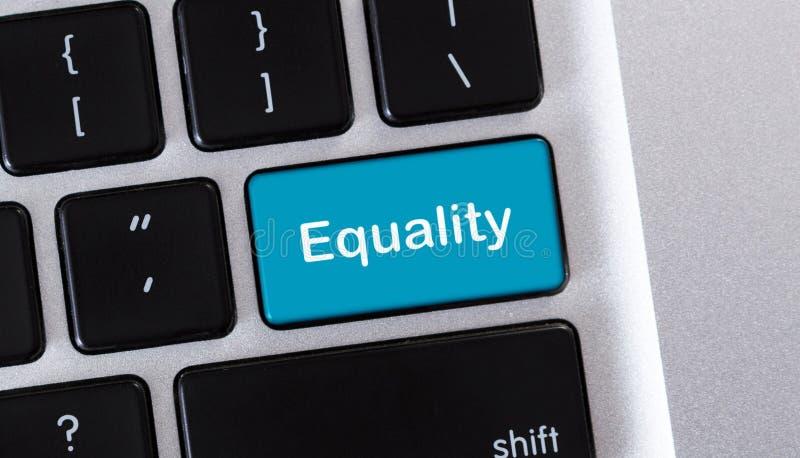 Teclado del ordenador portátil con el texto de la igualdad en el botón imagen de archivo