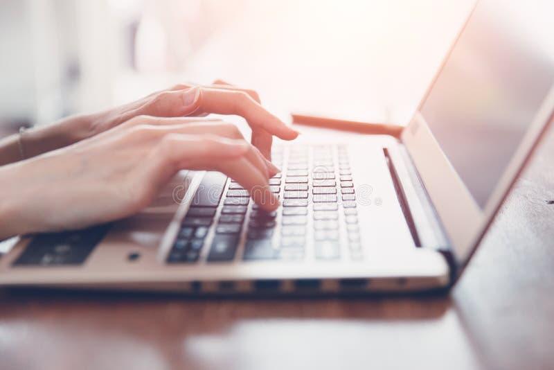Teclado del ordenador portátil del ordenador de la mano del primer de la muchacha del negocio que mecanografía fotografía de archivo