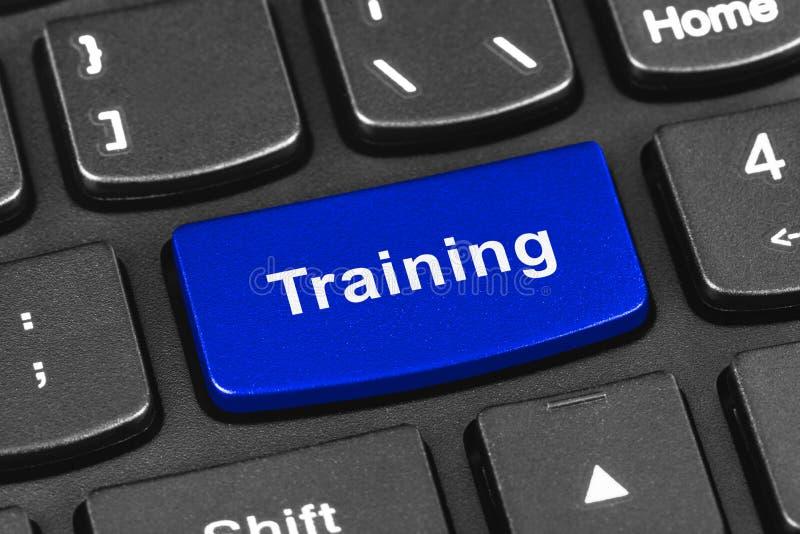 Teclado do caderno do computador com chave do treinamento