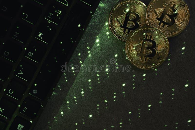 Teclado do portátil com bitcoin imagem de stock