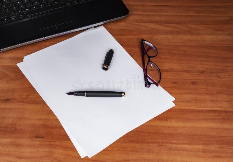 Teclado do portátil, Livro Branco, pena da tinta e vidros em uma tabela de madeira Espaço vazio para seu texto da cópia foto de stock royalty free