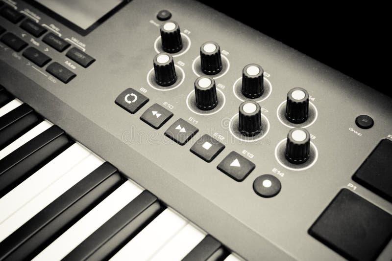 Teclado e controles do sintetizador fotografia de stock royalty free