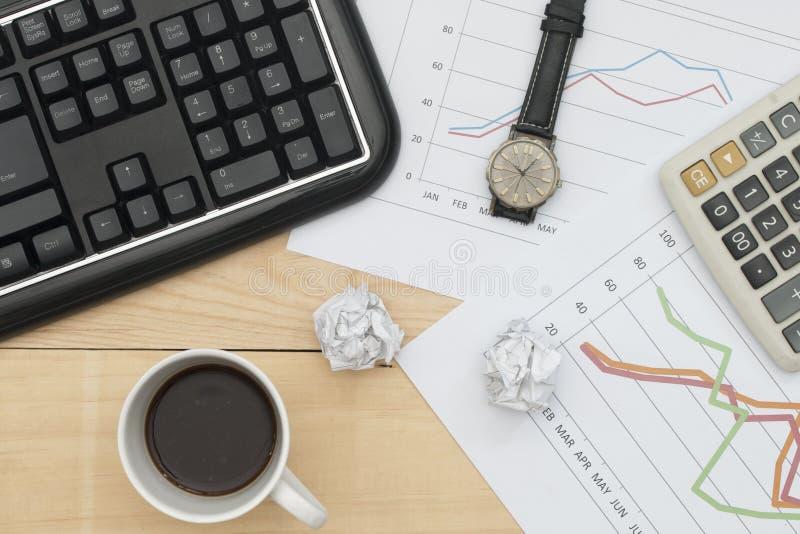 Teclado, gráfico, calculadora, relógio de pulso, e café imagem de stock royalty free