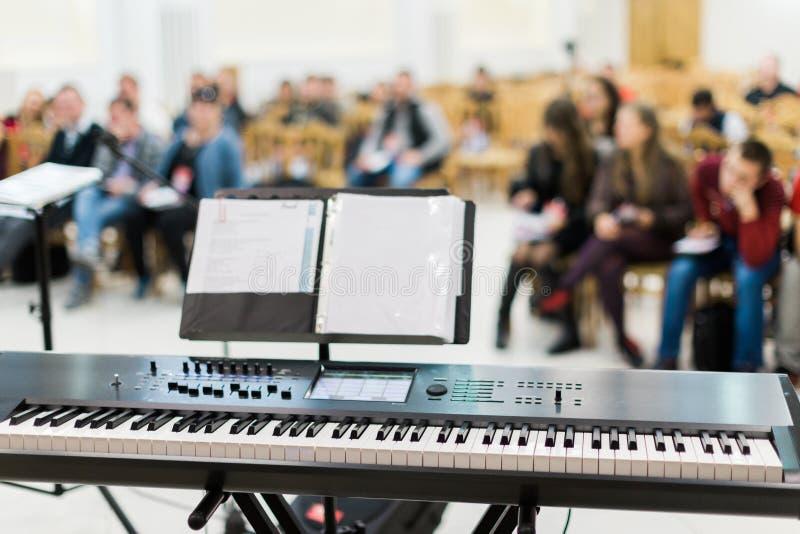 Teclado o piano eléctrico en etapa en el concierto vivo imagenes de archivo