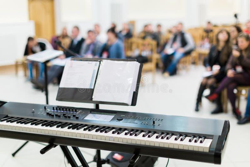 Teclado o piano eléctrico en etapa en el concierto vivo fotografía de archivo