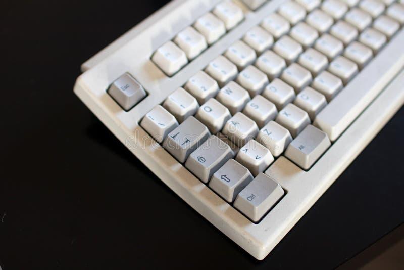 Teclado velho com os botões mecânicos do marfim e da cor cinzenta Co imagem de stock