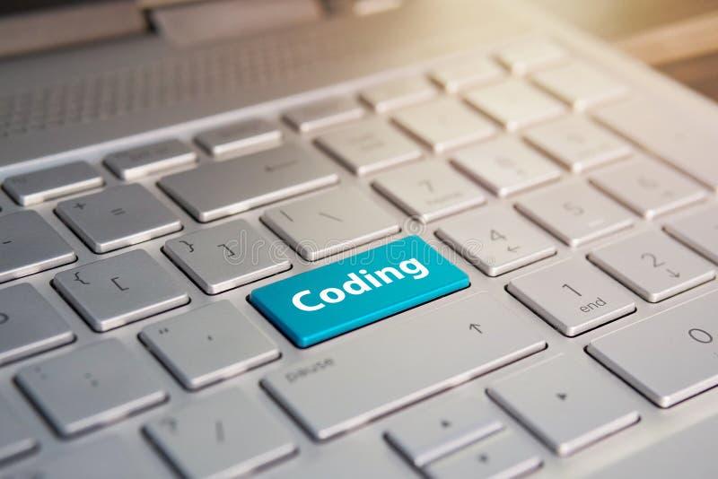 Teclas pretas do teclado no fundo preto botão azul no teclado de prata cinzento do portátil o espaço da cópia a testar pressiona  fotos de stock royalty free
