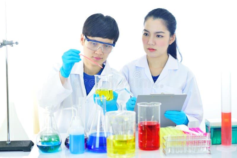 Tecnólogo médico que trabalha no laboratório fotografia de stock royalty free