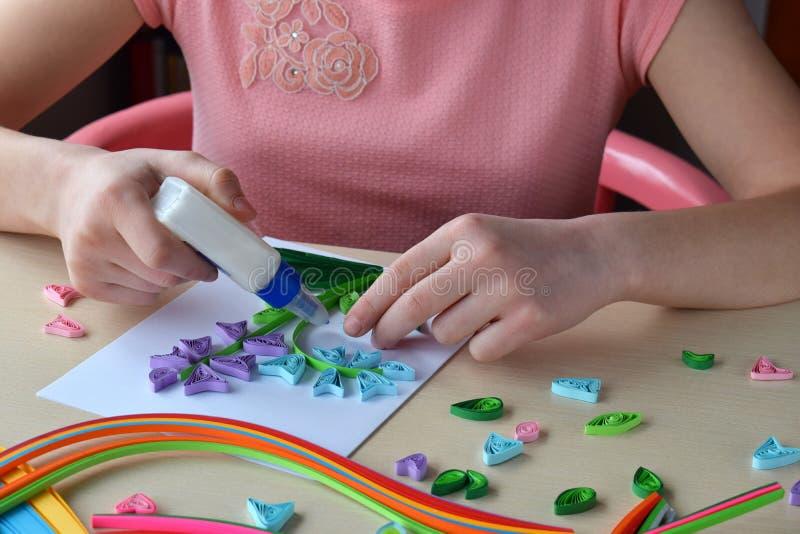 Tecnica di Quilling Strisce di carta, fiore, forbici Mestieri fatti a mano in vacanza: Compleanno, madre o festa del pap?, l'8 ma fotografie stock libere da diritti