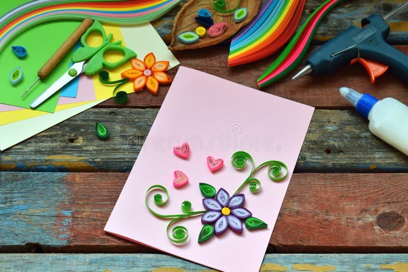 Tecnica di Quilling Strisce di carta, fiori, forbici, elementi Mestieri fatti a mano sul tema di festa: Compleanno, giorno di mad immagine stock