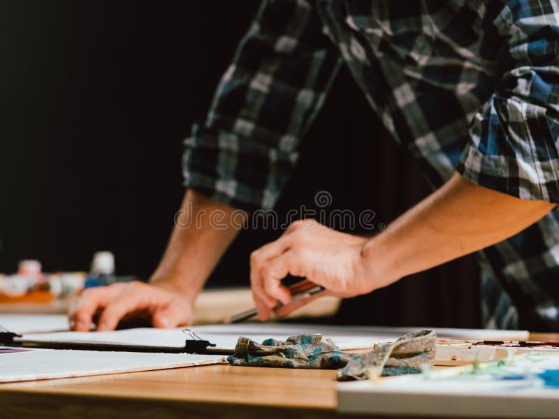 Tecnica di schizzo di talento del mancino dell'uomo dello studio dell'artista immagini stock libere da diritti