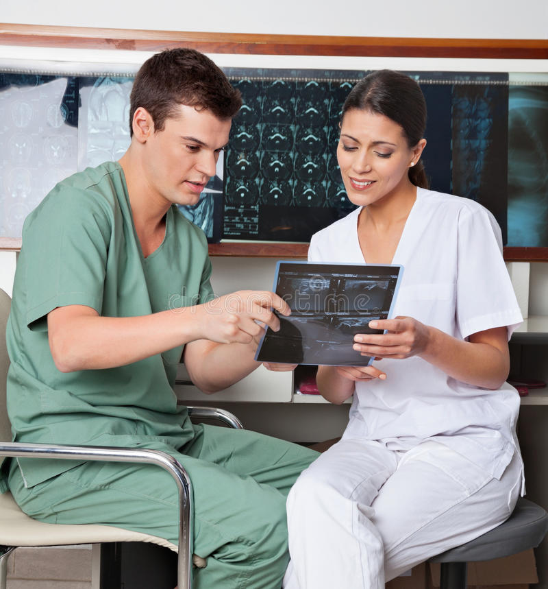 Tecnici medici che discutono circa i raggi x fotografia stock libera da diritti