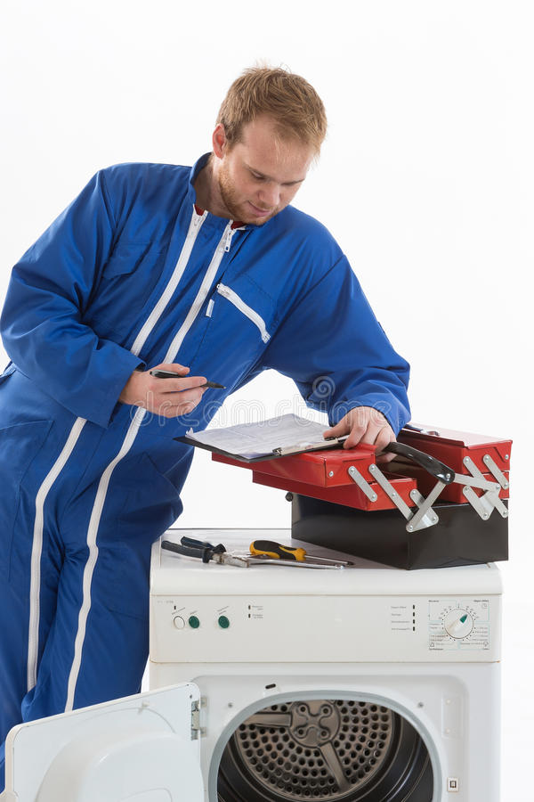 Tecnician που καθορίζει ένα πλυντήριο στοκ φωτογραφίες