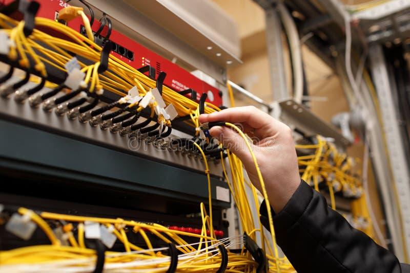 Tecnico che attacca ottico di fibra immagini stock