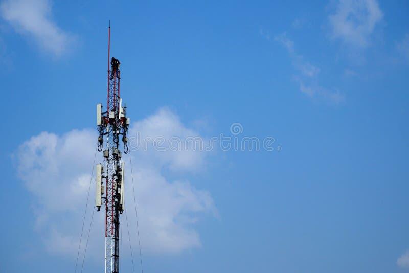 Tecnico che lavora al palo cellulare delle Telecomunicazioni fotografia stock