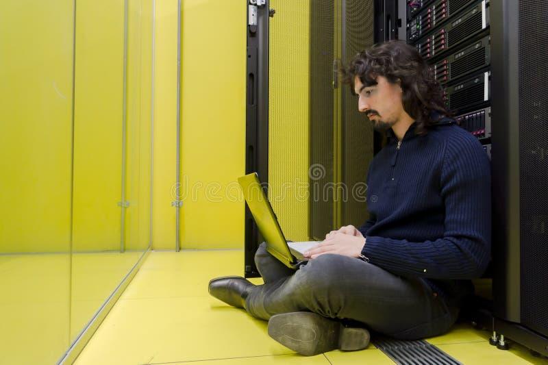 Tecnico del calcolatore che lavora nel datacenter fotografie stock libere da diritti