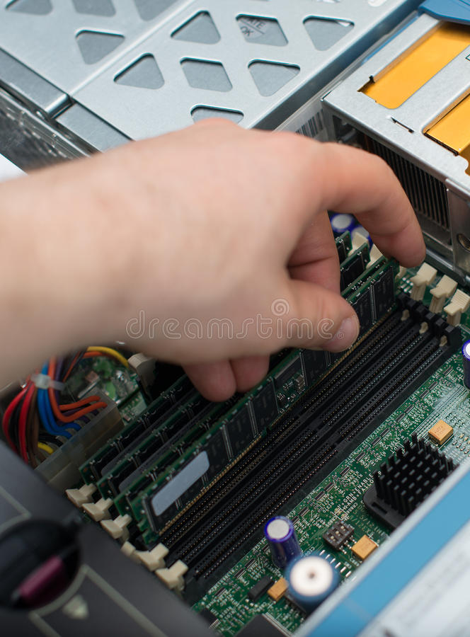Tecnico del computer che installa memoria di RAM immagini stock