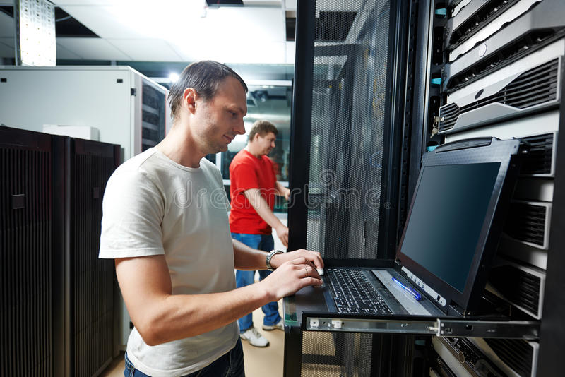 Tecnico di assistenza nella stanza del server fotografie stock libere da diritti