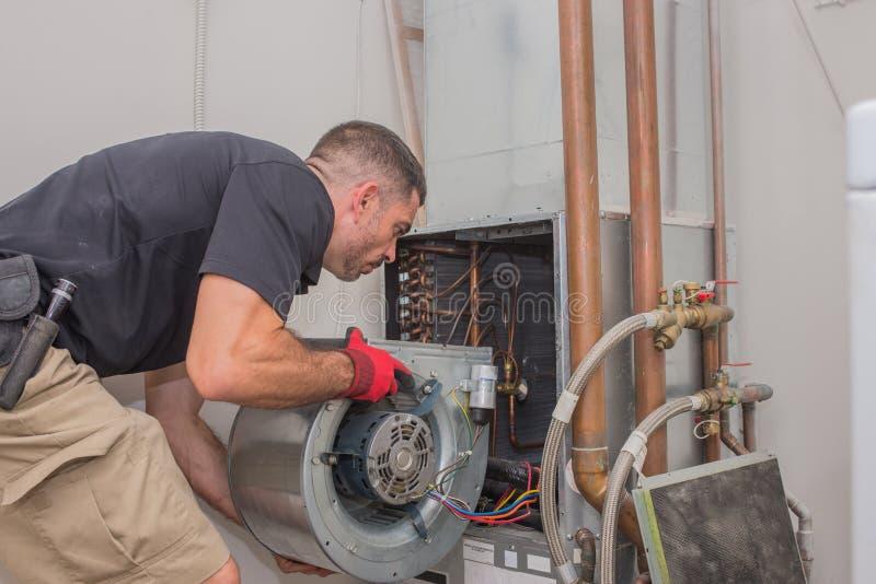 Tecnico di HVAC con il motore fotografia stock