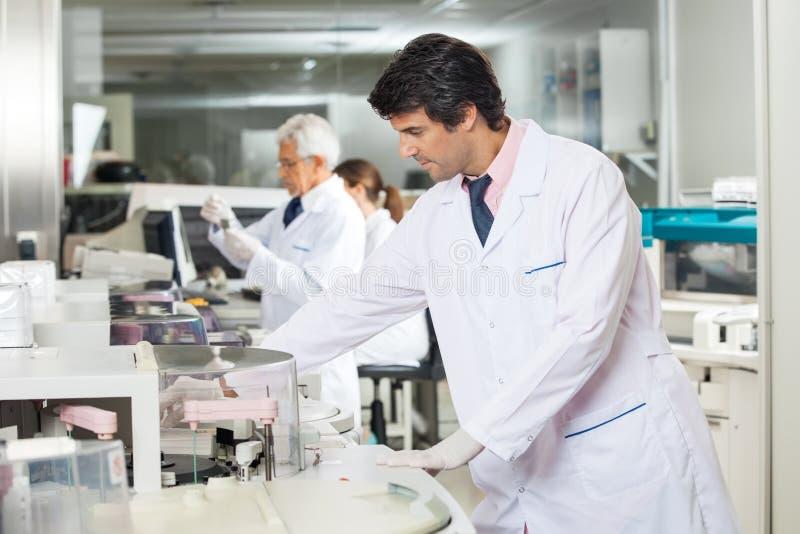 Tecnico Experimenting In Laboratory immagine stock libera da diritti